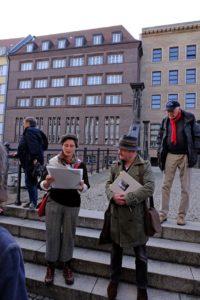 Elke Koepping und Lorenz Kienzle während einer Stadtführung durch Berlins historische Mitte auf der Jungfernbrücke am 26.10.2019