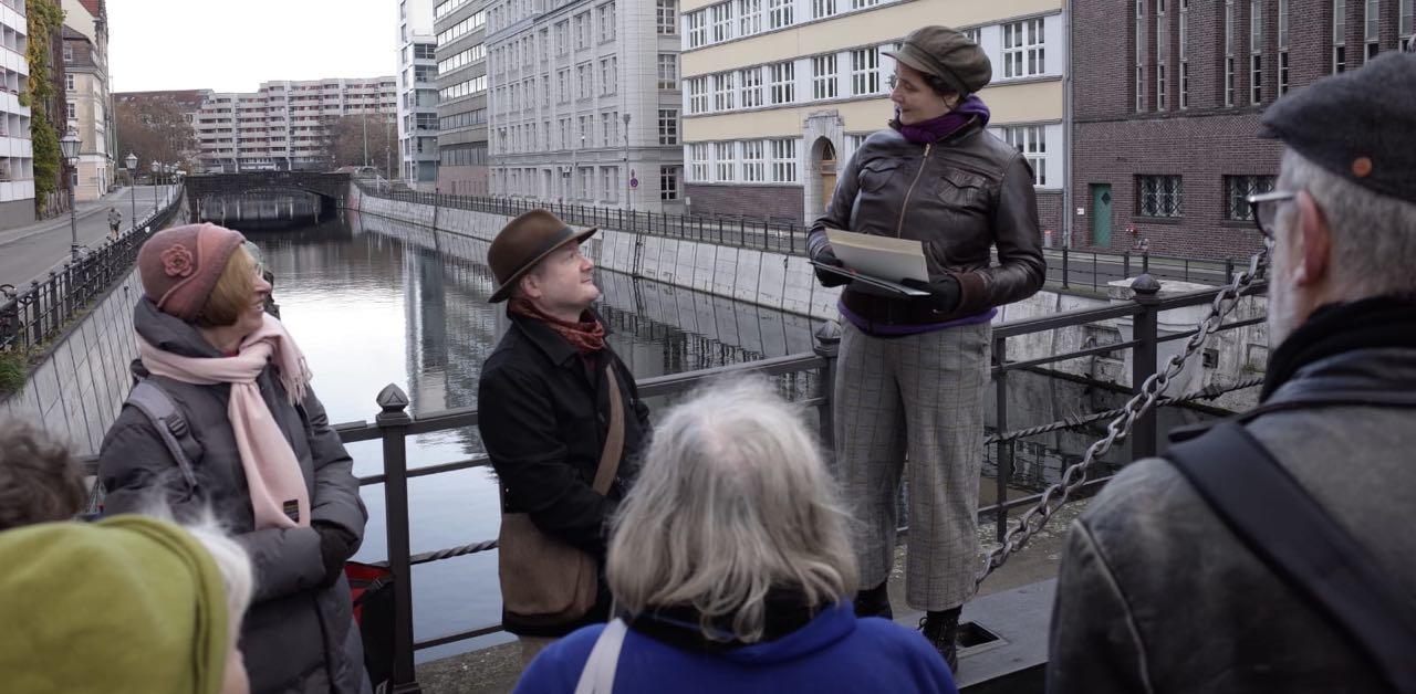 Elke Koepping und Lorenz Kienzle auf der Jungfernbrücke in der historischen Mitte Berlins